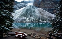 Lago semi congelado en las altas montañas de Alaska