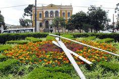 Relógio das Flores, e, ao fundo, o Palácio Garibaldi, construído no séc. 19 - Curitiba / Pr / Brasil