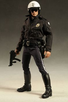 Terminator sixth scale action figure from Hot Toys British Army Uniform, Men In Uniform, Gi Joe, Terminator Movies, Disney Baby Clothes, Montgomery Clift, Human Poses Reference, Hot Cops, World Movies