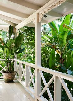 Home Tour: Inside a Beautiful Balinese Oasis Veranda Railing, Porch Railing Designs, Porch Railings, Hacienda Style Homes, Front Verandah, Front Porch, Family Friendly Holidays, Hawaiian Homes, Decks And Porches