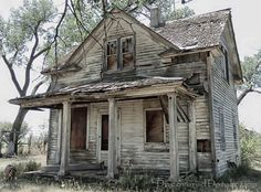 Abandoned house near Vale, South Dakota. -What a shame. This is such a cute little house. Abandoned Farm Houses, Old Abandoned Buildings, Abandoned Property, Old Farm Houses, Abandoned Mansions, Old Buildings, Abandoned Places, Abandoned Castles, Mansion Homes