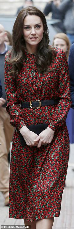 Boris Johnson's girlfriend Carrie finds style inspiration from Kate Kate wore a patterned Vanessa Seward dress and carried her clutch bag in front of her with… Mini Vestidos, Vestidos Vintage, Prince William And Kate, William Kate, Celebrity Babies, Celebrity Style, Celebrity Photos, Celebrity News, Duchess Kate