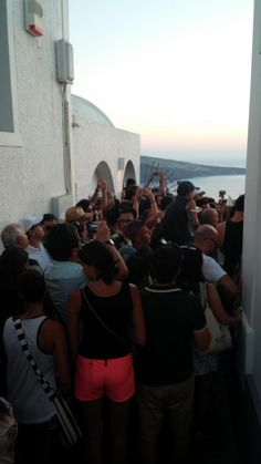 Otro ejemplo puntual más de la presión turística de los destinos. Puesta de sol en el Egeo. Oia, en Santorini.