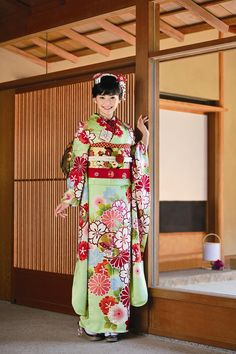 Really love the bold and colourful print on this kimono!