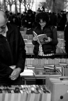 second hand books under Waterloo Bridge -- I was here last weekend, so hard to resist looking! I Love Books, Good Books, Books To Read, My Books, People Reading, Woman Reading, Writing Pictures, Book Writer, Pictures Of People