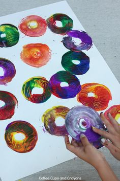 Twisty Action Art for Kids! Make paintings with CDs! (Coffee Cups and Crayons) Preschool Art Activities, Cd Art, Action Painting, Process Art, Art Plastique, Elementary Art, Art Lessons, Art For Kids, Art Projects