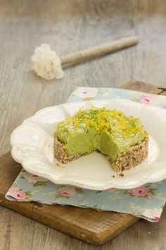 Tarte crue à lavocat et au citron (vegan) Vegan Dessert Recipes, Raw Food Recipes, Veggie Recipes, Sweet Recipes, Cooking Recipes, Avocado Recipes, Raw Cake, Vegan Cake, Gateaux Vegan