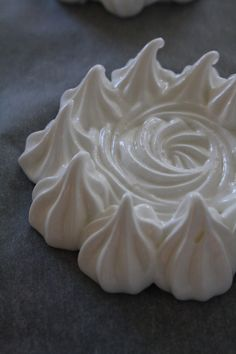Mini pavlova More Mais Pavlova Cake, Mini Pavlova, Meringue Pavlova, Meringue Desserts, Meringue Cookies, Mini Desserts, Apple Recipes, Gourmet Recipes, Dessert Recipes