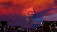 El volcán Calbuco entra en erupción el 22 de abril de 2015. Debido a la erupción se generó una columna de humo de 20 kilómetros de altura, las autoridades declararon la alerta roja y ordenaron la evacuación de alrededor de 1.500 habitantes de las ciudades Ensenada, Alerce, Colonia Río Sur, y Correntoso