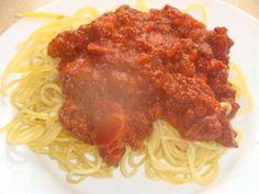 pour 4 perssones. 480 g de viande de boeuf hachée. 1 oignon émincés 200g de carottes en rondelles 600 g de tomates concassées 7.5 cl de vin rouge 100 g de lardons 2 cs huile olive 60 g de céleri branche émincé sel et poivre préchauffage faire revenir...