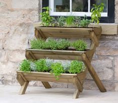 krutergarten palette Make the most of any garden space with the versatile three-tiered Stepped Herb Wooden Vertical Garden. An ideal home for all herb varieties, the stepped ladde Raised Herb Garden, Herb Garden Planter, Herb Garden Pallet, Diy Herb Garden, Herb Planters, Pallets Garden, Diy Garden Decor, Plant Pots, Garden Ideas