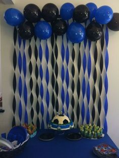 In Soccer Party Decoration you take this idea for the theme of Barcelona and use red and blue balloons and streamers. Add some yellow too! - Decoration For Home Graduation Decorations, Balloon Decorations, Birthday Party Decorations, Decoration Party, Graduation Party Ideas High School, Graduation Diy, Crape Paper Decorations, Football Party Decorations, Graduation Desserts