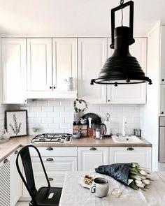 Industrialna lampa w kuchni z tradycyjną zabudową - Lovingit.pl