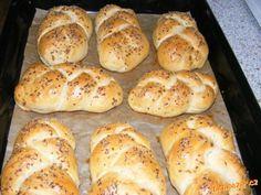 suroviny dáme do pekárny v pořadí mokré, suché, kvasnice nahoru<br>program Těsto míchá a kyne cca 2 ...