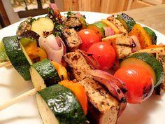 Espetinho com Tofu: http://greenme.com.br/alimentar-se/vegetariano-e-vegano/684-12-receitas-de-espetinho-vegetariano-para-o-churrasco