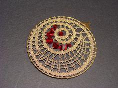 nakit iz čipke Bobbin Lace Patterns, Weaving Patterns, Bobbin Lacemaking, Lace Heart, Fabric Necklace, Lace Jewelry, Needle Lace, Lace Making, Fabric Art