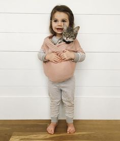 cute baby girl holding her cat with a babywearing scarf for fun Emma Bebe, Little People, Little Ones, Little Babies, Cute Babies, Photo Chat, Foto Baby, Shorty, Baby Kind