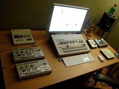 TR-909+TB-303×2+SBX-10+Liquid Mix+monome+Apple Cinema Display。いい感じのプライベート・スタジオです。