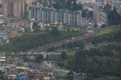 """Dijeron """"No Pasarán"""", pero pasaron. Marcha por la Vida entrando a Quito, por el sur. 22 marzo 2012."""