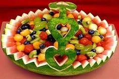 to Make a Watermelon Fruit Basket Watermelon basket-a different designWatermelon basket-a different design Fruit Basket Watermelon, Watermelon Art, Carved Watermelon, Watermelon Carving Easy, Fruit Decorations, Food Decoration, Fruit Centerpieces, Basket Decoration, Wedding Decorations