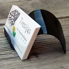 20 DIY: Unique and Interesting Vinyl Record Projects, Vinyl record business card holder Records Diy, Old Vinyl Records, Vinyl Record Art, Record Decor, Cool Ideas, Vinyl Record Projects, Recycled Cds, Marca Personal, Business Card Holders