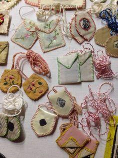 Agnus Dei e Escapulários Catholic Crafts, Catholic Art, Religious Art, Bordado Popular, Sewing Crafts, Sewing Projects, Diy And Crafts, Arts And Crafts, Crafts For Seniors