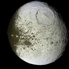 provocative-planet-pics-please.tumblr.com Iapetus Iapetus ist ein mit Eis überzogener Mond. Er ist mit einem Durchmesser von 1436 km der drittgrößte Mond Saturns. Er wurde bereits vor mehr als 300 Jahren von Giovanni Cassini beobachtet. Dieser wunderte sich darüber dass der Mond manchmal sichtbar war und manchmal aus unerklärlichen Gründen verschwand. Seit dem Besuch der Raumsonde Voyager 2 wissen wir welche Ursache das plötzliche Verschwinden hat: Iapetus ist auf der einen Seite sehr hell…