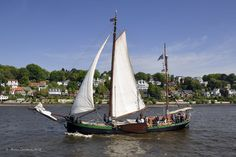 """Der Besan Ewer  """"Hiskeline von Norderney""""  (Baujahr 1895)am 6.05.2011 auf dem 822 Hafengeburstag in Hamburg. Ein Plattbodenschiff braucht keinen Hafen ...Habe leider keine Daten."""