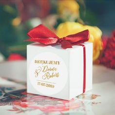 Kwadratowe pudełeczka skrywające niespodziankę dla Waszych gości to nie tylko uroczy upominek, ale też akcent dekoracyjny - kokardki na pudełeczkach mają głęboki, intesywny kolor bordowy, dzięki czemu prezentują się wyjątkowo! #slub #wesele #kolekcjaslubna #kolekcjaflora #podarunekdlagosci #prezentdlagosci #niespodziankadlagosci Flora, Gift Wrapping, Retro, Gifts, Gift Wrapping Paper, Favors, Neo Traditional, Rustic, Gift Packaging