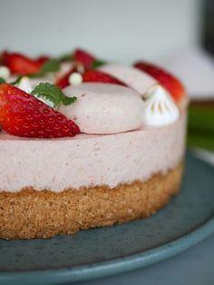 Rabarber- och jordgubbstårta med mandelbotten | Brinken bakar