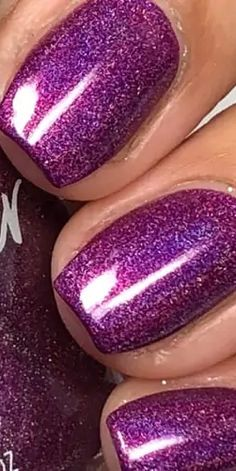 People who are quite active in the fashion world are pretty aware of the holographic nail designs. These rainbow effect designs are great for parties and can surely attract attention if you are putting them in the right way. Color Club, Colorful Nail Designs, Pretty Photos, Holographic Nails, Essie, How To Look Pretty, You Nailed It, Color Change, Nail Colors