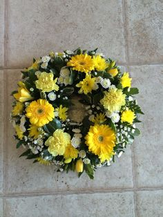 Loose wreath topped yellow and white flowers – floristik – Wreaths Funeral Floral Arrangements, Church Flower Arrangements, Church Flowers, Funeral Flowers, Funeral Tributes, Sympathy Flowers, Mothers Day Flowers, Flower Boxes, Flower Delivery