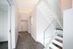 Wit stalen trap met glazen treden en glazen balustrade