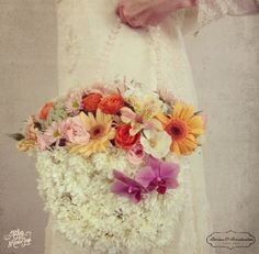 Una de las tendencias en ramos de novia 2015 son los bouquets en forma de bolsa #bodas #elblogdemaríajosé #ramosnovia #tendencias2015 #floresboda #Briones&Brandenstein{Flower Design}