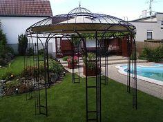 pergola en fer forgé dans un jardin