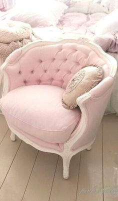 Looking Shabby Chic Bedroom Ideas Shabby Chic Pink Victorian Chair ChaiseShabby Chic Pink Victorian Chair Chaise Shabby Chic Style, Rosa Shabby Chic, Shabby Chic Mode, Shabby Chic Vintage, Shabby Chic Bedrooms, Shabby Chic Furniture, Shabby Chic Decor, Rustic Chic, Country Chic