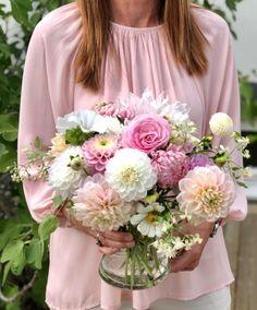 """216 gilla-markeringar, 5 kommentarer - Elin (@tradgardstid) på Instagram: """"Blommorna från igår hamnade i denna bukett som i sin tur hamnade på ett mycket trevligt…"""" Flowers, Instagram, Royal Icing Flowers, Flower, Florals, Floral, Blossoms"""