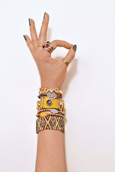 Einfach nachstylen! Armbänder aneinanderreihen und fertig ist der Style. #armbänder #style #DIY #schmuck
