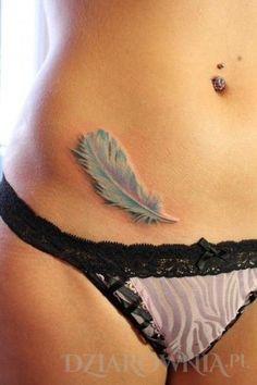 Tatuaż piórko - 3d, na brzuchu, dla kobiet