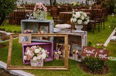 O+Dia+D+da+Rebecca. Lilás e branco em casamento no campo comm decoração usando molduras.
