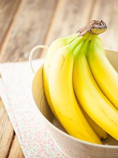 25 Foods That Banish Bloat. Bananas - loaded with filling fiber and potassium, which helps relieve water retention. Healthy Tips, Healthy Snacks, Healthy Recipes, Healthy Herbs, Eating Healthy, Healthy Weight, Healthy Habits, Healthy Choices, Foods To Reduce Bloating