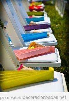 Abanicos de papel de colores para los invitados a la boda