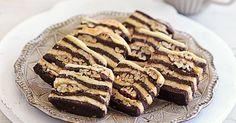 Für die attraktiven Plätzchen wird einer zarter Mürbeteig abwechselnd mit Kakaoteig geschichtet. Zwischen den Schichten sorgen kernige Pecannüsse  ...
