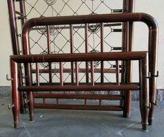 cama de solteiro antiga em madeira com estrado de mola.