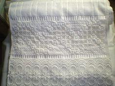 Marca; karsten,100% algodão  Medida:33x50  Cor branca(canelada)  Trabalho:Ponto reto  Obordado pode ser feito na cor que o cliente desejar.  Cores de toalhas. branca e creme. R$ 48,00