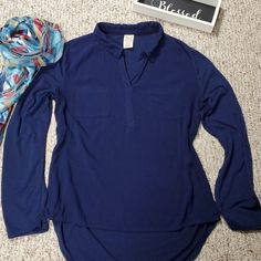 Size Medium Lovely high-low navy V neck top. You can roll the sleeves to make the top a sleeve. Has 2 pockets on the front. You can wear this with almost anything. Looks great with capris or jeans. Medium Fade, Navy Blouse, Plus Fashion, Fashion Tips, Fashion Trends, Navy Women, Faded Glory, Navy Tops, V Neck Tops