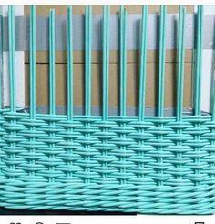 Плетение Paper Basket Weaving, Basket Weaving Patterns, Weaving Art, Loom Weaving, Hand Weaving, Newspaper Basket, Newspaper Crafts, Pine Needle Crafts, Woven Chair