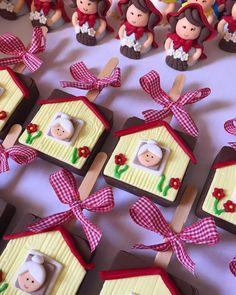 Quanta fofura ❤️❤️❤️ #festachapeuzinhovermelho #festachapeuzinho #temachapeuzinhovermelho #trufasdecoradas #trufasmodeladas #docesdecorados… Cumpleaños Shabby Chic, Red Riding Hood Party, Brownie Pops, Farm Cake, Mini Pig, Ideas Para Fiestas, Cakes For Boys, Sugar Flowers, Creative Cakes