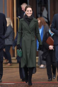 MARCH Kate Middleton sported a hunter green Sportmax coat, a black scarf and gloves, and high-heeled boots as she arrived in Blackpool. The duchess paired her look with her Manu Atelier suede top handle bag and small square drop earrings. Kate Middleton Outfits, Outfits Kate, Kate Middleton Stil, Style Outfits, Dressy Outfits, Kate Middleton Fashion, Fashionable Outfits, Fashion Outfits, Catherine Walker