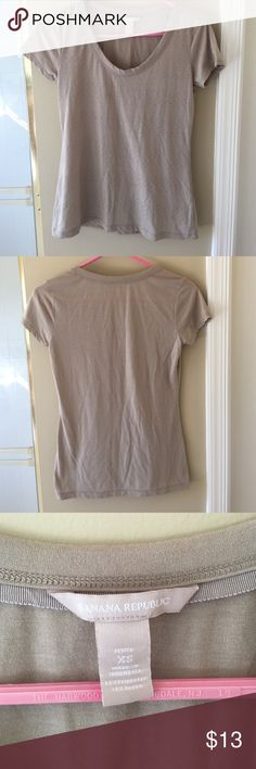 Banana republic tee size XS Adorable banana republic tee with subtle gold stud detailing in the front size XS. Great condition, super comfortable. Only worn once. Pairs well with jeans! Banana Republic Tops Tees - Short Sleeve